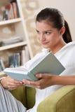adolescente femminile degli allievi della lettura del libro Immagini Stock