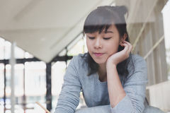 adolescente femminile della ragazza asiatica che studia alla scuola Studente che si trova e Immagine Stock