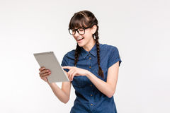 Adolescente femminile di risata che per mezzo del computer della compressa Fotografia Stock Libera da Diritti