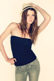 Adolescente femminile, divertendosi, posando per un ritratto, cappello fresco d'uso dei pantaloni a vita bassa Fotografia Stock Libera da Diritti