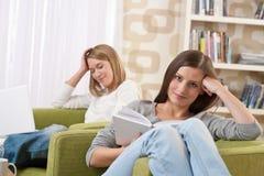 adolescente femminile due degli allievi del salone Fotografia Stock Libera da Diritti