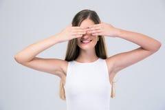 Adolescente femminile felice che la copre occhi Fotografia Stock