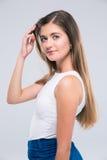 Adolescente femminile felice che tocca i suoi capelli Fotografia Stock