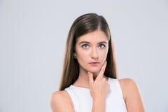 Adolescente femminile premuroso che esamina macchina fotografica Fotografia Stock