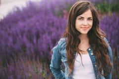 Adolescente femminile in rivestimento dei jeans che sorride all'aperto modificato Immagini Stock Libere da Diritti
