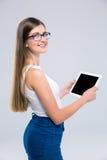 Adolescente femminile sveglio che per mezzo del computer della compressa Immagine Stock Libera da Diritti