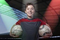 Adolescente fiero e sorridente che tiene pallone da calcio due immagini stock libere da diritti
