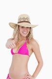 Adolescente fino en el beachwear que muestra sus pulgares para arriba Fotografía de archivo