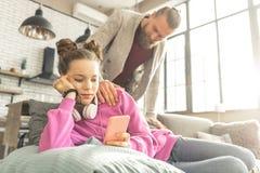 Adolescente forçado que texting seu amigo em vez da fala a genar imagem de stock royalty free