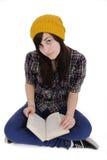 Adolescente freddo che legge un libro Immagine Stock