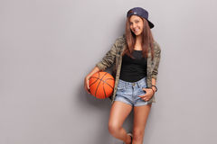 Adolescente fresco che tiene una pallacanestro Fotografia Stock Libera da Diritti