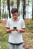 Adolescente fresco con dieciséis años y un móvil Fotos de archivo