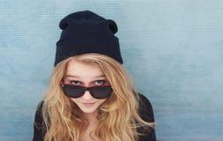 Adolescente fresco con el sombrero y las gafas de sol de las lanas Fotografía de archivo
