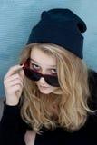 Adolescente fresco con el sombrero y las gafas de sol de las lanas Fotos de archivo