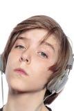 Adolescente fresco con los auriculares Foto de archivo libre de regalías