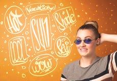Adolescente fresco con los vidrios de sol del verano y la tipografía de las vacaciones Fotografía de archivo