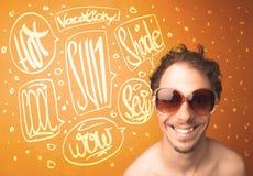 Adolescente fresco con los vidrios de sol del verano y la tipografía de las vacaciones Fotos de archivo