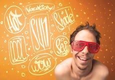 Adolescente fresco con los vidrios de sol del verano y la tipografía de las vacaciones Fotografía de archivo libre de regalías
