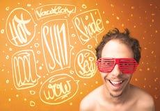 Adolescente fresco con los vidrios de sol del verano y la tipografía de las vacaciones Imagen de archivo
