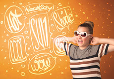Adolescente fresco con los vidrios de sol del verano y la tipografía de las vacaciones Imagen de archivo libre de regalías