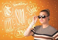 Adolescente fresco con los vidrios de sol del verano y la tipografía de las vacaciones Imágenes de archivo libres de regalías
