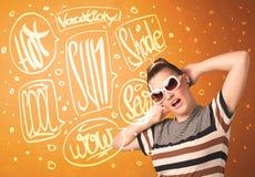 Adolescente fresco con los vidrios de sol del verano y la tipografía de las vacaciones Imagenes de archivo