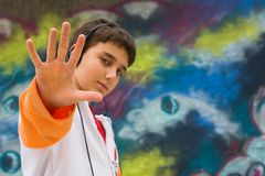 Adolescente fresco con su mano para arriba Foto de archivo libre de regalías