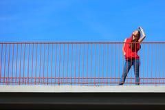 Adolescente fresco de moda en el puente urbano Fotos de archivo