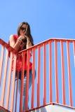 Adolescente fresco de moda en el puente urbano Imagenes de archivo