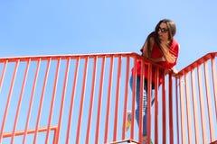 Adolescente fresco de moda en el puente urbano Imagen de archivo libre de regalías