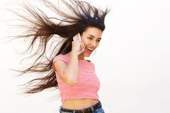 Adolescente fresco que habla en el teléfono móvil Foto de archivo