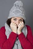 Adolescente fresco que se oculta en el pensamiento en saludos estacionales del invierno Imagen de archivo libre de regalías