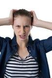 Adolescente frustrado que rasguña su cabeza Imagenes de archivo