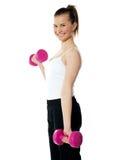 Adolescente fuerte que se resuelve con pesas de gimnasia Fotos de archivo