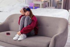 Adolescente furado que espera sua mamã em casa fotos de stock