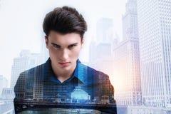 Adolescente furioso que le mira con negatividad Foto de archivo