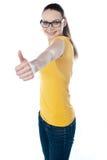 Adolescente Glamourous que gesticula o thumbs-up Fotografia de Stock