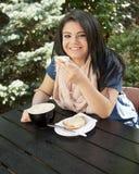 Adolescente gozando de un café al aire libre Imagen de archivo libre de regalías