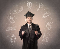 Adolescente graduado feliz con los iconos dibujados mano de la escuela Imagen de archivo