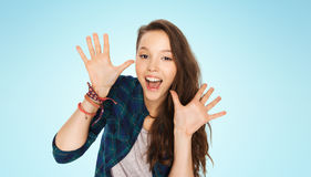 Adolescente grazioso di risata felice che mostra le mani Immagini Stock Libere da Diritti