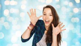 Adolescente grazioso di risata felice che mostra le mani Fotografia Stock Libera da Diritti