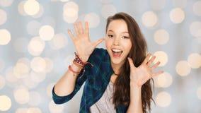 Adolescente grazioso di risata felice che mostra le mani Immagine Stock Libera da Diritti