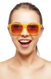 Adolescente gritando feliz nas máscaras Fotografia de Stock