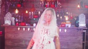 Adolescente habillée dans un costume mort de jeune mariée devant une partie de Halloween banque de vidéos
