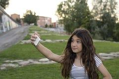Adolescente hace un selfie en el parque Fotografía de archivo libre de regalías
