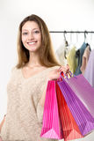 Adolescente hacia fuera para hacer compras con las bolsas de papel coloridas Imágenes de archivo libres de regalías