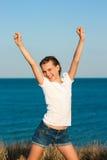 Adolescente hermoso alegre cerca del mar. Foto de archivo libre de regalías