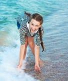 Adolescente hermoso alegre en la playa de la tarde. Imagenes de archivo