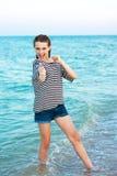 Adolescente hermoso alegre en la playa de la tarde. Imagen de archivo