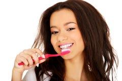 Adolescente hermoso cepillando sus dientes Imágenes de archivo libres de regalías